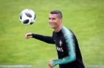Ronaldo cười tươi khi lần đầu tập luyện trước World Cup