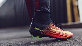 Cách chọn giày đá bóng phù hợp với vị trí, lối chơi, mặt sân